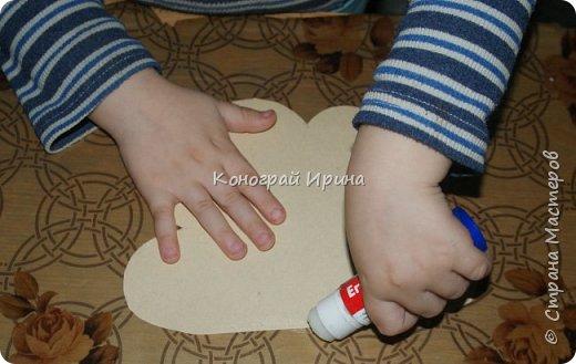 Необходимые материалы: - картон цветной; - бумага цветная двухсторонняя коричневая (для ствола); - бумага цветная; - клей; - ножницы; - фигурный дырокол для нарезки листиков (необязательно). фото 8