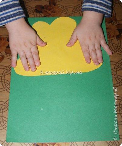Необходимые материалы: - картон цветной; - бумага цветная двухсторонняя коричневая (для ствола); - бумага цветная; - клей; - ножницы; - фигурный дырокол для нарезки листиков (необязательно). фото 9