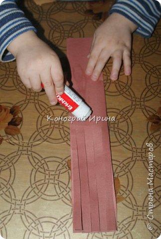 Необходимые материалы: - картон цветной; - бумага цветная двухсторонняя коричневая (для ствола); - бумага цветная; - клей; - ножницы; - фигурный дырокол для нарезки листиков (необязательно). фото 10