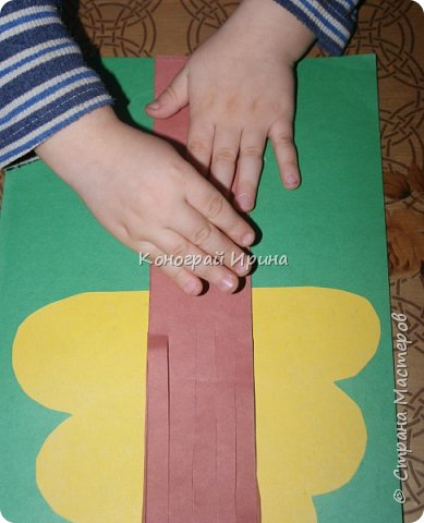 Необходимые материалы: - картон цветной; - бумага цветная двухсторонняя коричневая (для ствола); - бумага цветная; - клей; - ножницы; - фигурный дырокол для нарезки листиков (необязательно). фото 11