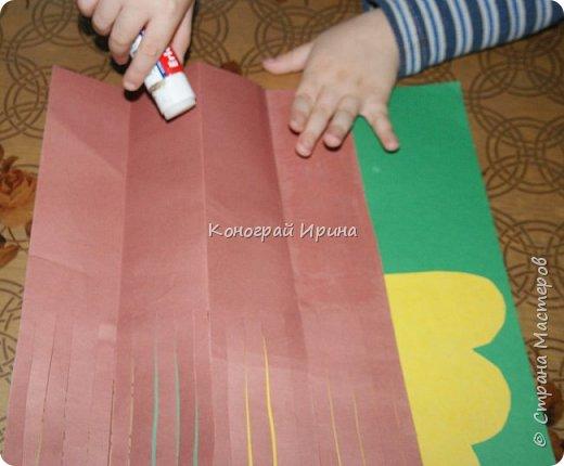 Необходимые материалы: - картон цветной; - бумага цветная двухсторонняя коричневая (для ствола); - бумага цветная; - клей; - ножницы; - фигурный дырокол для нарезки листиков (необязательно). фото 12