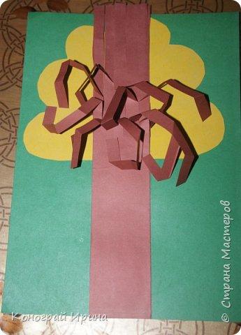 Необходимые материалы: - картон цветной; - бумага цветная двухсторонняя коричневая (для ствола); - бумага цветная; - клей; - ножницы; - фигурный дырокол для нарезки листиков (необязательно). фото 14