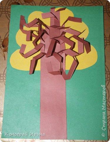 Необходимые материалы: - картон цветной; - бумага цветная двухсторонняя коричневая (для ствола); - бумага цветная; - клей; - ножницы; - фигурный дырокол для нарезки листиков (необязательно). фото 15