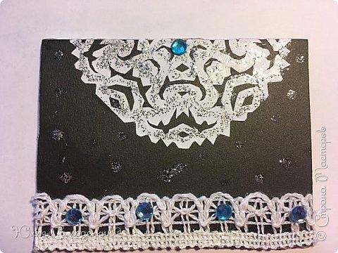 Привет!  Сделала такие зимние карточки .  Снежинки сделаны из обыкновенной белой бумаги а для фона пригодился чёрный картон .  Также в работе использовались самоклеющиеся полубусины и кружева .  Приглашаю к выбору Дижу,  А также всех желающих . фото 5