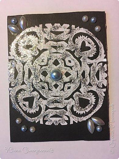 Привет!  Сделала такие зимние карточки .  Снежинки сделаны из обыкновенной белой бумаги а для фона пригодился чёрный картон .  Также в работе использовались самоклеющиеся полубусины и кружева .  Приглашаю к выбору Дижу,  А также всех желающих . фото 3