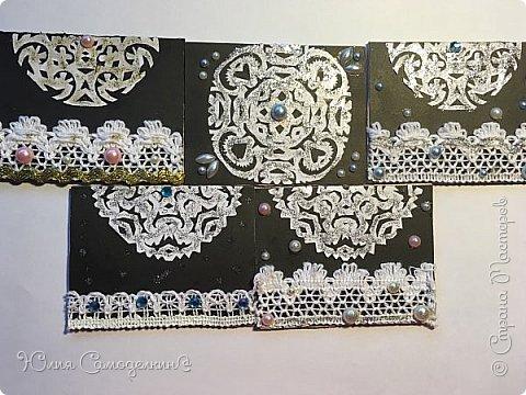 Привет!  Сделала такие зимние карточки .  Снежинки сделаны из обыкновенной белой бумаги а для фона пригодился чёрный картон .  Также в работе использовались самоклеющиеся полубусины и кружева .  Приглашаю к выбору Дижу,  А также всех желающих . фото 1