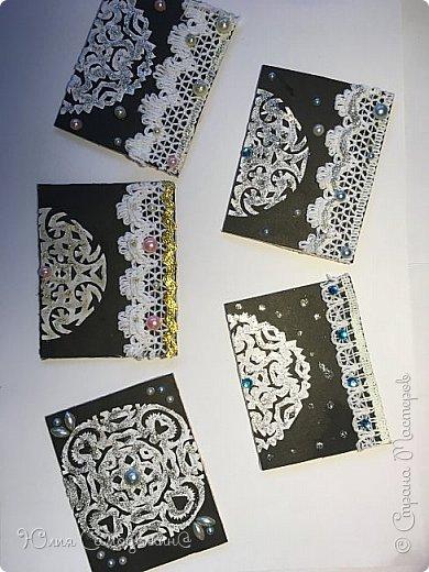 Привет!  Сделала такие зимние карточки .  Снежинки сделаны из обыкновенной белой бумаги а для фона пригодился чёрный картон .  Также в работе использовались самоклеющиеся полубусины и кружева .  Приглашаю к выбору Дижу,  А также всех желающих . фото 8