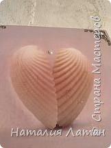 Еще с античных времен люди считали, что ракушка принесенная в дар  является проявлением почтения и уважения. Как символ-это пожелание на реализацию жизненных планов. Из пены морской в раковине гребешка родилась богиня любви Афродита (на всем известной картине Боттичелли),  но это мифы... Доброго времени суток Страна,  нашлась и у меня своя открытка с морским гребешком,  которой  я решила украсить шкатулку для дочери. фото 6