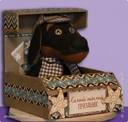 Мастер класс как сделать милого пёсика по кличке Ватсон из Фома  в кепке и кейп из ткани. Ватсон может стать хорошим подарком на Новый год или сувениром для хорошего друга. Пёсика так же можно сшить из ткани или из фетра по этой же выкройки. Выкройка в контакте: в альбоме для выкроек:https://vk.com/id228551468?z=album228551468_248951518 фото 2