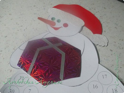 Года 2 назад  увидела календарь с днями ожидания Нового года. И каждый раз забывала сделать. А тут и ребенок такого возраста, когда уже понимает, и чтобы было легче считать и более наглядно, решила сделать, хотя еще вопрос кто больше ждет, ребенок или взрослый. Идея с дедом морозом не моя, а вот снеговика (может и они есть, но я не встретила) моя задумка. Так что если Вам интересно, предлагаю МК как я их делала. фото 17