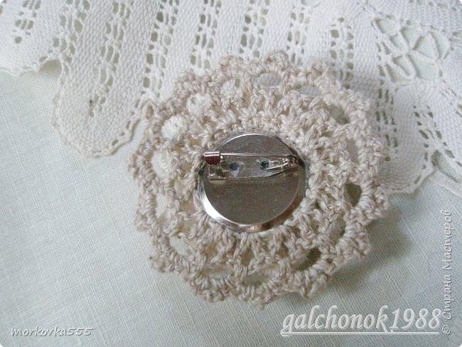 Очень понравилось делать подобные брошки, одну делала в подарок http://stranamasterov.ru/node/1122583 . Захотелось и себе подобную, тем более, что наряд подходящий появился.  Здесь вязаная крючком розочка, украшена бисером, пайетками и кружевом разных видов.  Получилось, на мой взгляд, не броско, но нежно и романтично.  фото 3