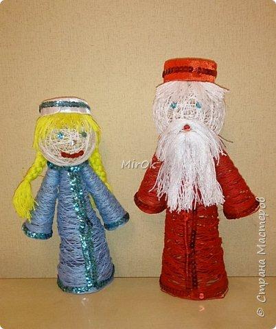 Скоро новый год! Вот хотим поделиться нашей новогодней поделок из ниток. Изначально планировалась только ёлочка, но в процессе увлеклись, и решили что рядом с ёлочкой обязательно должны быть Дедушка Мороз и Снегурочка. фото 2