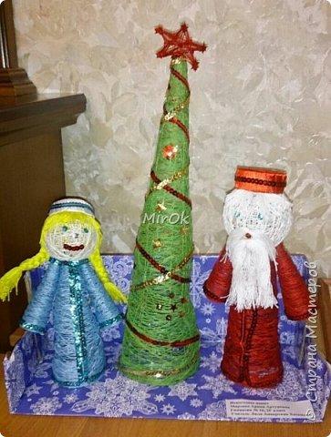 Скоро новый год! Вот хотим поделиться нашей новогодней поделок из ниток. Изначально планировалась только ёлочка, но в процессе увлеклись, и решили что рядом с ёлочкой обязательно должны быть Дедушка Мороз и Снегурочка. фото 3