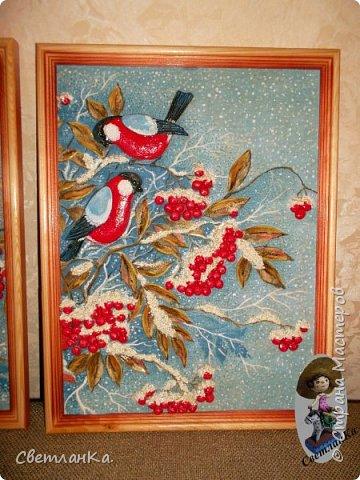Очень люблю снегирей и рябину. Мечтала о картине с ними. Один раз пришла к подружке увидела старый кусок ткани, который хотели выкинуть, я его выпросила. Купила рамки, вырезала ткань по размеру рамок. Немножко подкрасила гуашью. Из соленого теста вылепила снегирей, гроздья рябины, листву и снег. Разукрасила тесто гуашью, покрыла лаком, и пока лак не высох посыпала блестками снег. И вот что из этого получилось.   фото 3