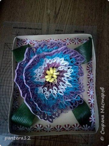 Всем доброе время суток.  Этот цветок я делала очень долго, то полоски нужного цвета заканчивались, то другое занятие отнимало время. Но вот наконец то я её закончила и представляю вашему вниманию. Вид с верху. фото 1