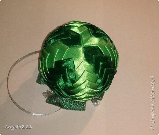 Сочинилась зелёная шишка для ёлочки. Диаметр шара 8 см. Ширина лент 25мм, длина каждого цвета по 1м70см (лучше взять по 2 м). И примерно 50 см блестящей ленты шириной 50мм. фото 2