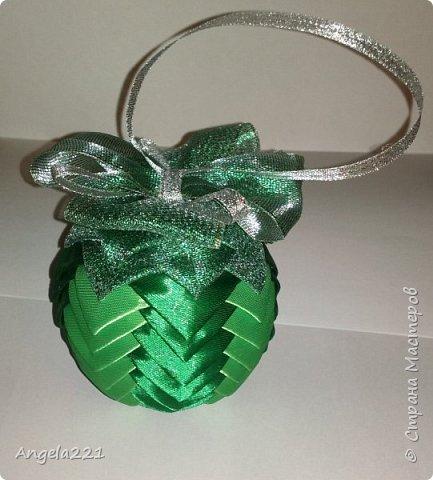 Сочинилась зелёная шишка для ёлочки. Диаметр шара 8 см. Ширина лент 25мм, длина каждого цвета по 1м70см (лучше взять по 2 м). И примерно 50 см блестящей ленты шириной 50мм. фото 3