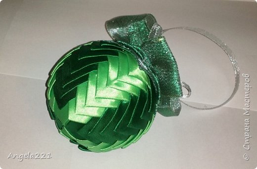 Сочинилась зелёная шишка для ёлочки. Диаметр шара 8 см. Ширина лент 25мм, длина каждого цвета по 1м70см (лучше взять по 2 м). И примерно 50 см блестящей ленты шириной 50мм. фото 1