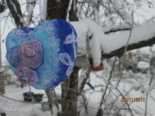 После ириса решила направить себя в новогоднюю тему.....что-то не очень у меня получается.....Основу для сердечка сделала из мятой бумаги ,потом вата....я же теперь на вате повёрнута .Покрасила в зимний цвет...вытащила пайетки ,бусины.салфетки......И всё ничего у меня не укладывается......закинула  дня на три в сторону..... фото 5