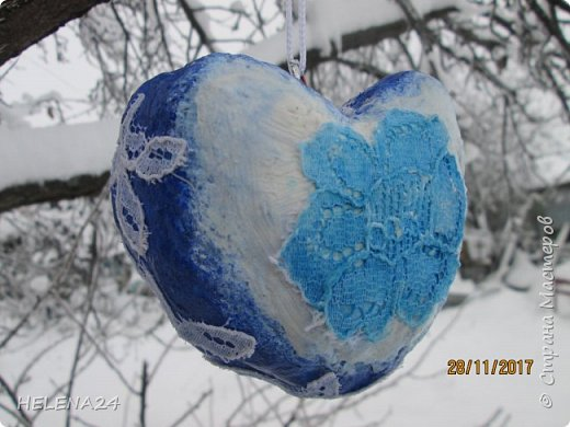 После ириса решила направить себя в новогоднюю тему.....что-то не очень у меня получается.....Основу для сердечка сделала из мятой бумаги ,потом вата....я же теперь на вате повёрнута .Покрасила в зимний цвет...вытащила пайетки ,бусины.салфетки......И всё ничего у меня не укладывается......закинула  дня на три в сторону..... фото 1