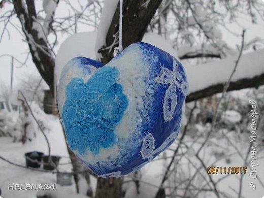 После ириса решила направить себя в новогоднюю тему.....что-то не очень у меня получается.....Основу для сердечка сделала из мятой бумаги ,потом вата....я же теперь на вате повёрнута .Покрасила в зимний цвет...вытащила пайетки ,бусины.салфетки......И всё ничего у меня не укладывается......закинула  дня на три в сторону..... фото 7