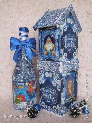 """Всем привет.Ни для кого не секрет, что красиво упакованный подарок производит гораздо большее впечатление, чем вещь, преподнесенная без оформления.Так, деревянный,специальный короб для бутылки игристого и прочих напитков и вовсе позволяет превратить """"весёлый напиток"""" в «премиальный» презент.Показываю свой первый новогодний короб для бутылки.На его изготовление меня вдохновили чайные домики,которые я делаю.В принципе в таком коробе можно подарить сладости,конфеты,текстиль,""""мыльно-рыльную продукцию """",бижутерию и т.д.,всё,что душе угодно-учитывая размеры короба.На фото бутылка, украшенная на год петуха,на наступающий год ещё не украшала. фото 1"""