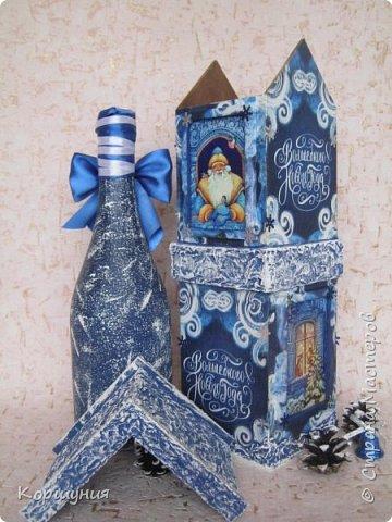 """Всем привет.Ни для кого не секрет, что красиво упакованный подарок производит гораздо большее впечатление, чем вещь, преподнесенная без оформления.Так, деревянный,специальный короб для бутылки игристого и прочих напитков и вовсе позволяет превратить """"весёлый напиток"""" в «премиальный» презент.Показываю свой первый новогодний короб для бутылки.На его изготовление меня вдохновили чайные домики,которые я делаю.В принципе в таком коробе можно подарить сладости,конфеты,текстиль,""""мыльно-рыльную продукцию """",бижутерию и т.д.,всё,что душе угодно-учитывая размеры короба.На фото бутылка, украшенная на год петуха,на наступающий год ещё не украшала. фото 9"""