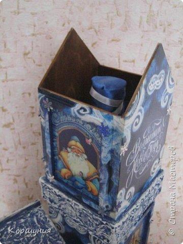 """Всем привет.Ни для кого не секрет, что красиво упакованный подарок производит гораздо большее впечатление, чем вещь, преподнесенная без оформления.Так, деревянный,специальный короб для бутылки игристого и прочих напитков и вовсе позволяет превратить """"весёлый напиток"""" в «премиальный» презент.Показываю свой первый новогодний короб для бутылки.На его изготовление меня вдохновили чайные домики,которые я делаю.В принципе в таком коробе можно подарить сладости,конфеты,текстиль,""""мыльно-рыльную продукцию """",бижутерию и т.д.,всё,что душе угодно-учитывая размеры короба.На фото бутылка, украшенная на год петуха,на наступающий год ещё не украшала. фото 10"""