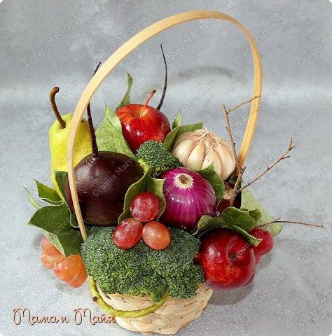 Настольная композиция в корзинке для вегетарианского кафе фото 1