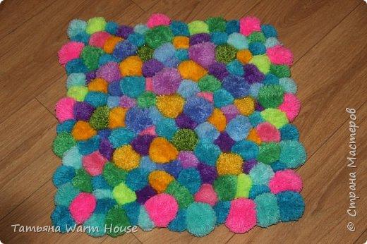 Представляю Вам еще одну мою работу из помпончиков, коврик. Он очень мягкий и теплый. Выполнен из пряжи 100 % акрилл.  фото 3