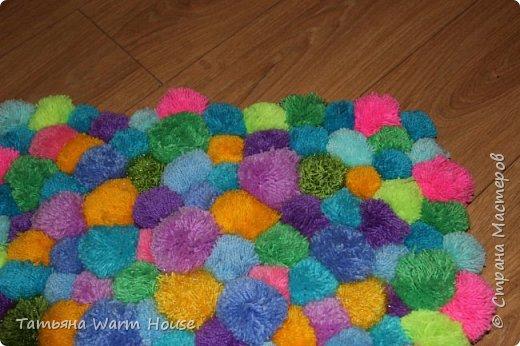 Представляю Вам еще одну мою работу из помпончиков, коврик. Он очень мягкий и теплый. Выполнен из пряжи 100 % акрилл.  фото 2