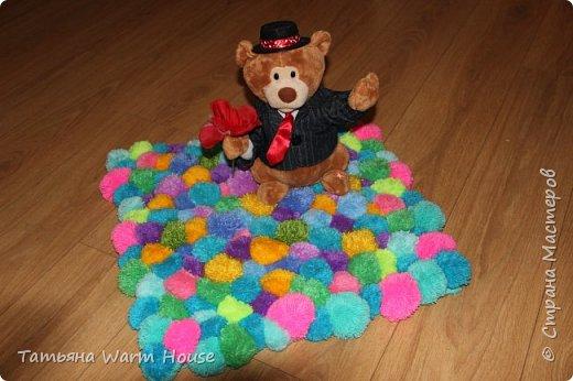 Представляю Вам еще одну мою работу из помпончиков, коврик. Он очень мягкий и теплый. Выполнен из пряжи 100 % акрилл.  фото 1