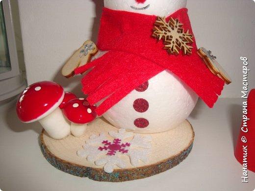Добрый день! Сотворилась у меня такая вот пара снеговичков. Понравилось мне их делать. Думаю, еще сотворить) Снеговики стоят на спилах. Спил - это простор для фантазии).  Сейчас покрутимся и покрасуемся).   фото 4