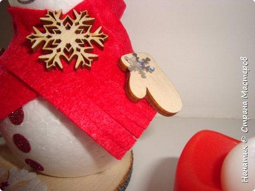 Добрый день! Сотворилась у меня такая вот пара снеговичков. Понравилось мне их делать. Думаю, еще сотворить) Снеговики стоят на спилах. Спил - это простор для фантазии).  Сейчас покрутимся и покрасуемся).   фото 5