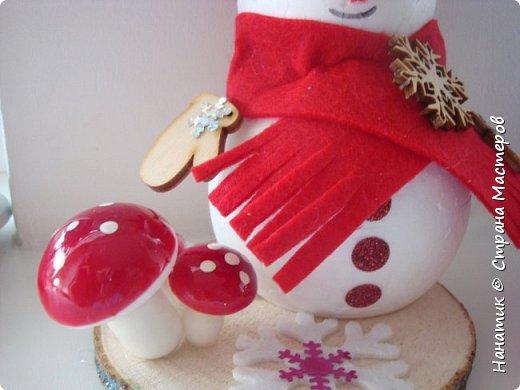 Добрый день! Сотворилась у меня такая вот пара снеговичков. Понравилось мне их делать. Думаю, еще сотворить) Снеговики стоят на спилах. Спил - это простор для фантазии).  Сейчас покрутимся и покрасуемся).   фото 6