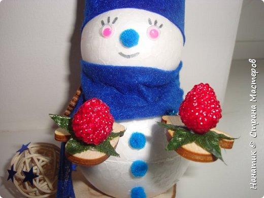 Добрый день! Сотворилась у меня такая вот пара снеговичков. Понравилось мне их делать. Думаю, еще сотворить) Снеговики стоят на спилах. Спил - это простор для фантазии).  Сейчас покрутимся и покрасуемся).   фото 14