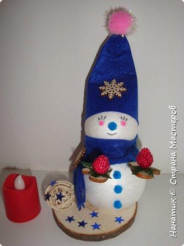 Добрый день! Сотворилась у меня такая вот пара снеговичков. Понравилось мне их делать. Думаю, еще сотворить) Снеговики стоят на спилах. Спил - это простор для фантазии).  Сейчас покрутимся и покрасуемся).   фото 17