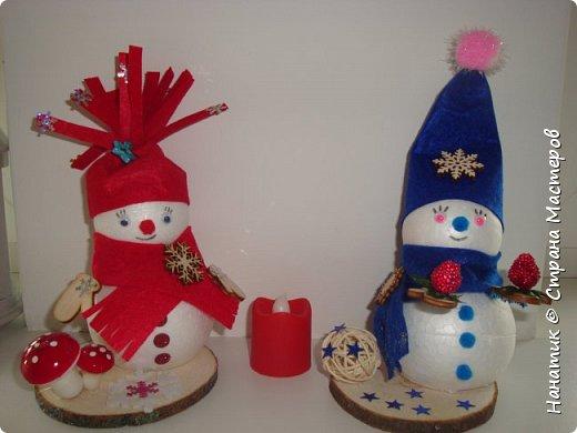 Добрый день! Сотворилась у меня такая вот пара снеговичков. Понравилось мне их делать. Думаю, еще сотворить) Снеговики стоят на спилах. Спил - это простор для фантазии).  Сейчас покрутимся и покрасуемся).   фото 18