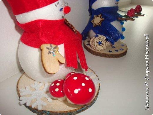 Добрый день! Сотворилась у меня такая вот пара снеговичков. Понравилось мне их делать. Думаю, еще сотворить) Снеговики стоят на спилах. Спил - это простор для фантазии).  Сейчас покрутимся и покрасуемся).   фото 7