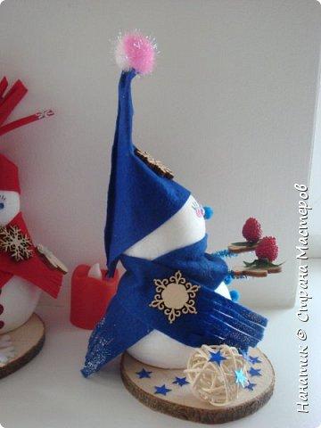 Добрый день! Сотворилась у меня такая вот пара снеговичков. Понравилось мне их делать. Думаю, еще сотворить) Снеговики стоят на спилах. Спил - это простор для фантазии).  Сейчас покрутимся и покрасуемся).   фото 15