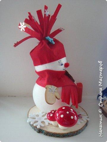 Добрый день! Сотворилась у меня такая вот пара снеговичков. Понравилось мне их делать. Думаю, еще сотворить) Снеговики стоят на спилах. Спил - это простор для фантазии).  Сейчас покрутимся и покрасуемся).   фото 9