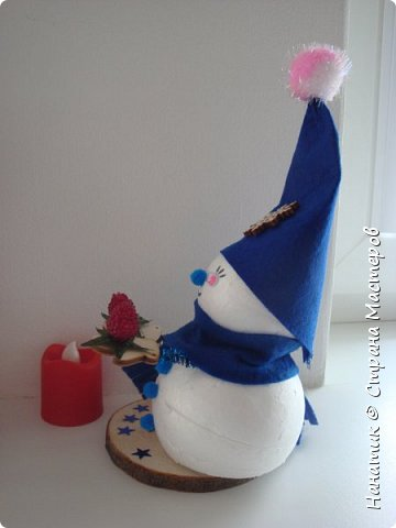 Добрый день! Сотворилась у меня такая вот пара снеговичков. Понравилось мне их делать. Думаю, еще сотворить) Снеговики стоят на спилах. Спил - это простор для фантазии).  Сейчас покрутимся и покрасуемся).   фото 16