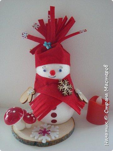 Добрый день! Сотворилась у меня такая вот пара снеговичков. Понравилось мне их делать. Думаю, еще сотворить) Снеговики стоят на спилах. Спил - это простор для фантазии).  Сейчас покрутимся и покрасуемся).   фото 10