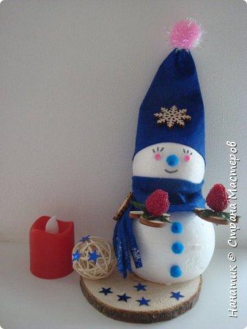 Добрый день! Сотворилась у меня такая вот пара снеговичков. Понравилось мне их делать. Думаю, еще сотворить) Снеговики стоят на спилах. Спил - это простор для фантазии).  Сейчас покрутимся и покрасуемся).   фото 11