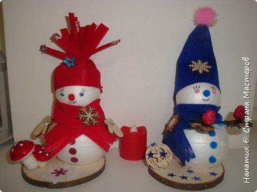 Добрый день! Сотворилась у меня такая вот пара снеговичков. Понравилось мне их делать. Думаю, еще сотворить) Снеговики стоят на спилах. Спил - это простор для фантазии).  Сейчас покрутимся и покрасуемся).   фото 1