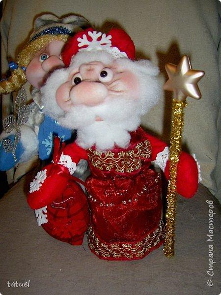 Всем  привет! Это мой дебют по пошиву Дедушки Мороза и Снегурочки! Любимые персонажи всех детей под елкой! А в детском саду или на новогоднем празднике без них праздник не получиться! Кто будет дарить подарки ребятам? Именно Дедушка Мороз со своей внучкой Снегурочкой! фото 3