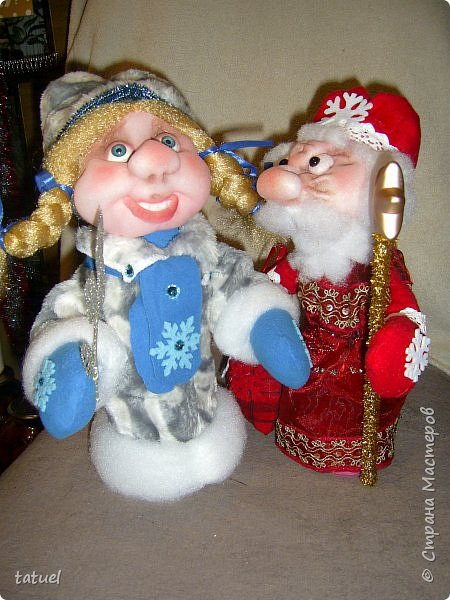 Всем  привет! Это мой дебют по пошиву Дедушки Мороза и Снегурочки! Любимые персонажи всех детей под елкой! А в детском саду или на новогоднем празднике без них праздник не получиться! Кто будет дарить подарки ребятам? Именно Дедушка Мороз со своей внучкой Снегурочкой! фото 4
