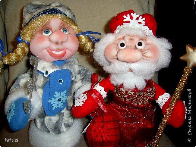 Всем  привет! Это мой дебют по пошиву Дедушки Мороза и Снегурочки! Любимые персонажи всех детей под елкой! А в детском саду или на новогоднем празднике без них праздник не получиться! Кто будет дарить подарки ребятам? Именно Дедушка Мороз со своей внучкой Снегурочкой! фото 1