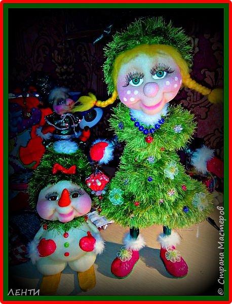 К новому году начинаешь готовится заранее. Это мой самый любимый праздник!!!!!!!! И мне захотелось сделать что то тёплое, мягкое и мультяшное. Вот так вот и родились мои Ёлочка и Снеговушечка )))  фото 1