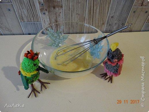 Пирог «Десяточка» или Кулинарное шоу попугаев – 10  С днём рождения, любимый сайт! Татьяна Николаевна, Ануп, Илюша, мои дорогие подруги-пчёлки и все-все-все виртуальные друзья, с праздником! Мы с попугаюшками счастливы принять участие в грандиозном чаепитии! Девчонки и мальчишки! А так же их родители! Страну нашу любимую поздравить не хотите ли? Пирог простой «Десяточка»  мы испечём сейчас, Надеемся, что наш рецепт  вас выручит не раз!  Юбилейное (ДЕСЯТОЕ!) кулинарное шоу попугаев начинается...  фото 3